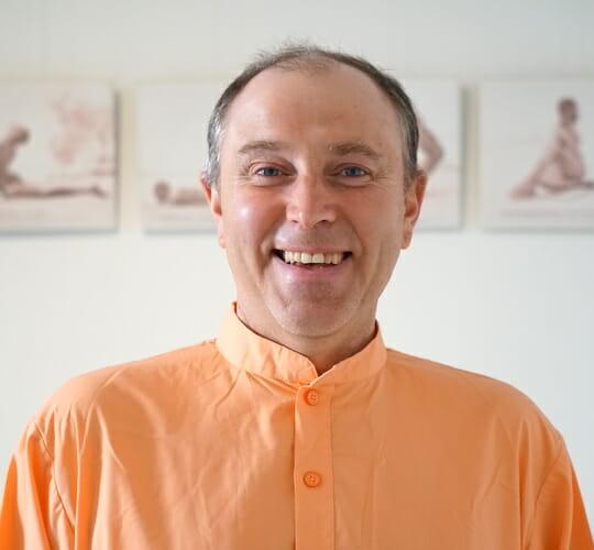 "<div style=""line-height: 1.3; color: #CD482F; font-family: catamaran;"">La méditation dans la Gita</br>avec Swami Gopalananda</div>"