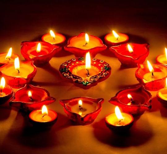 """<div style=""""line-height: 1.3; color: #b04640; font-family: catamaran;"""">Célébration de Diwali</div>"""